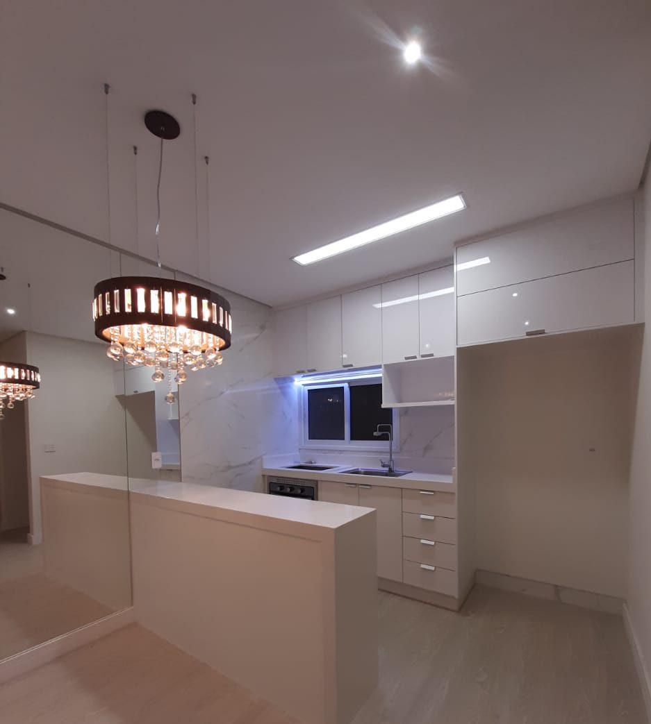 Neste Projeto a união de espelhos, cores neutras e Iluminação em LED Branca proporcionaram um ambiente amplo e sofisticado.